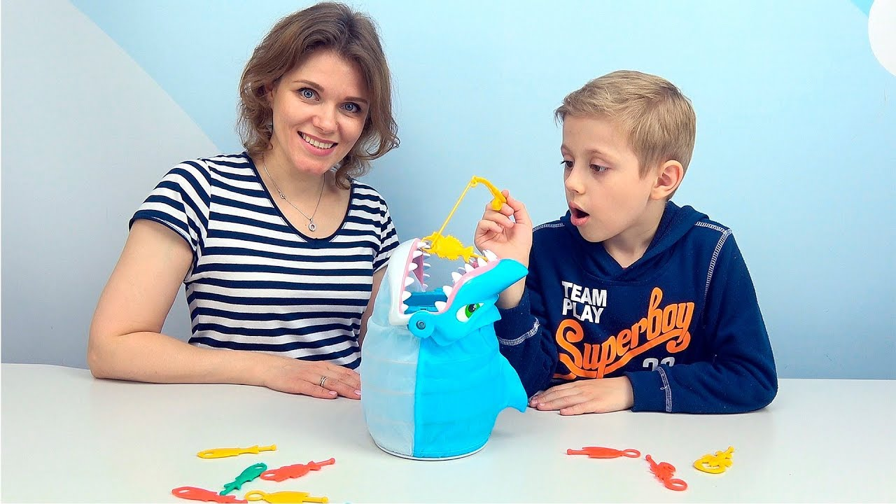 Обхитри АКУЛУ! Классная игра для детей - Даник играет вместе с мамой и папой. Baby Shark Toy