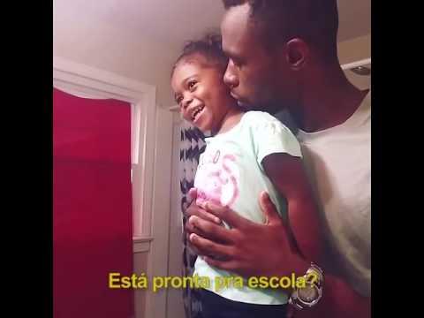 Pai Encoraja Filha A Ir Ao Seu Primeiro Dia De Aula E Olha No Que