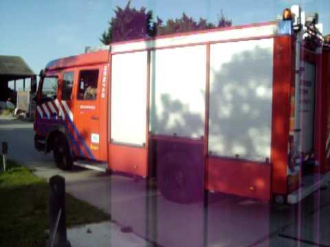 De brandweer van Hoorn komt ter plaatse bij de brand in Hem