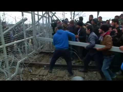 Migrant crowd uses battering ram to break open Macedonia fences