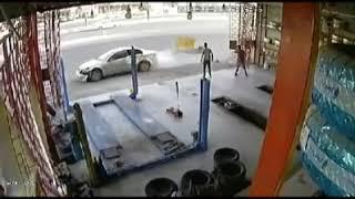 فيديو مروع.. لحظة اصطدام مركبة بـ 3 عمال داخل ورش في مكة