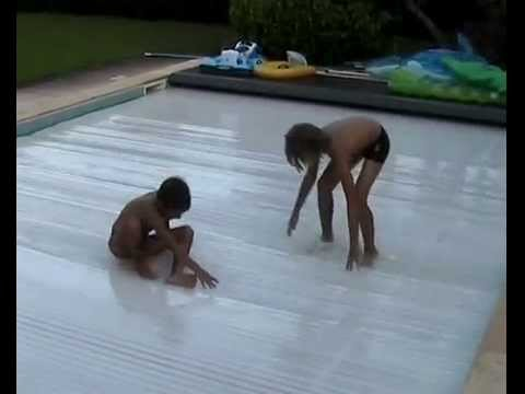 Volet roulant immerg piscine youtube for Volet roulant piscine