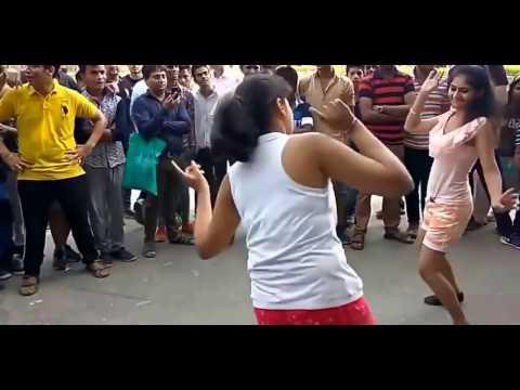 Leak Viral Video of Delhi University Girls Dancing on Road