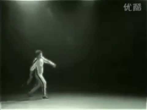 Брюс Ли зажигает спички (Bruce Lee lights matches)