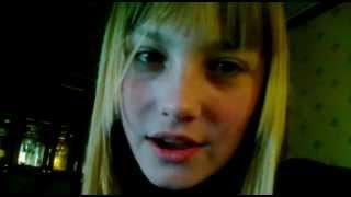 Девушка красиво поет, ей 15 лет