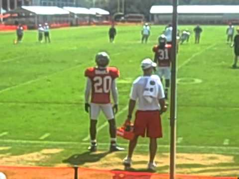 2010 BUCCANEERS PRACTICE : Ronde Barber makes 1 handed pick!