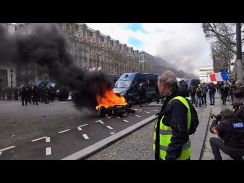 Paris protesters attack Champs-Elysee businesses