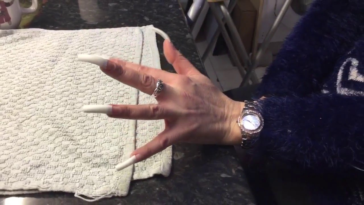 Woman Grows Nails For Twenty Years - Longest Nails In The World ...