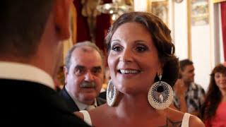 Tere le canta a Alvaro en el altar.Wedding Surprise. Novia sorprende al novio en plena boda thumbnail