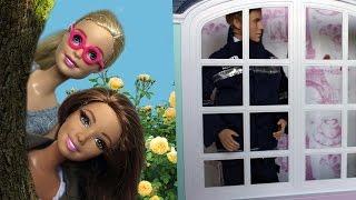 Барби и Тереза следят за героем-пожарным. Играем в куклы