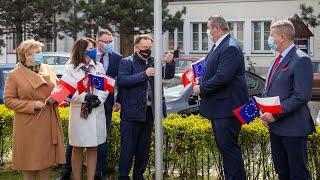 Flaga Mazowsza powiewa przed ostrołęckim ratuszem.