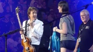 Paul McCartney invites fans up on stage and waves the Canadian flag in Vancouver - 19-04-2016