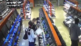 Как воруют в магазине ДНС(Съемка как в магазине пара молодых людей украли видео карту., 2016-02-04T12:52:09.000Z)