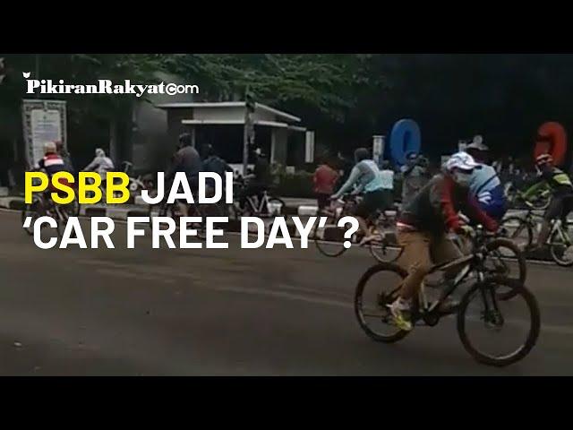 Penutupan Jalan karena PSBB di Kota Bandung Dimanfaatkan Warga untuk Area Berkumpul dan Olahraga