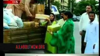 Pakistani Students Donate at MQM (KKF) for Floods Victims.flv
