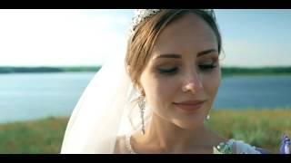 Невеста дарит поздравление жениху