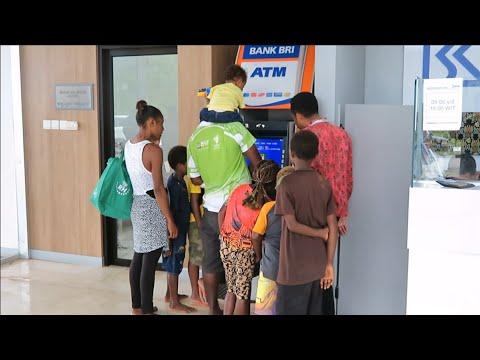 Cara Orang Papua New Guinea PNG Tarik Uang di ATM PLBN Skouw Jayapura Untuk Berbelanja