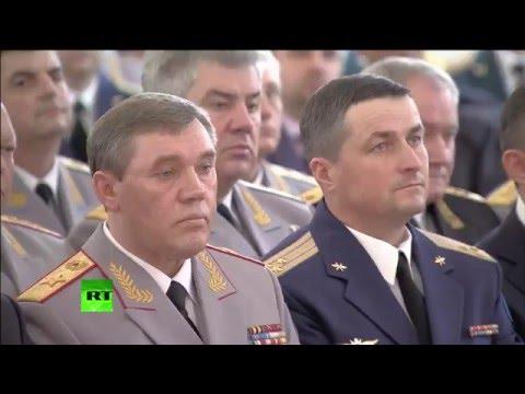 Владимир Путин вручает