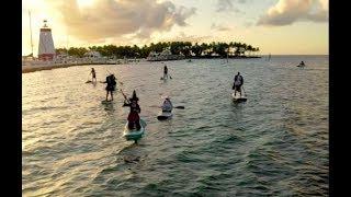 ساحرات شريرات يمارسن التجديف على شواطئ فلوريدا استعداداً لـ الهالوين