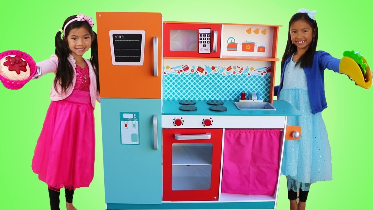 c07134975e9 Emma   Wendy Pretend Play COOKING Competition with Cute Giant Kitchen Toy