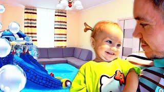 Аквапарк В ТУАЛЕТЕ! Папа хулиганит с Мией. Купания младенца в квартире! Семья на каникулах.