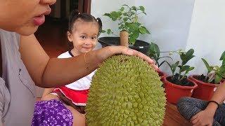 Reaksi Balita Lucu Makan Duren - Kids Try Eat Durian Fruit