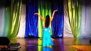 Восточный танец в голубом костюме.