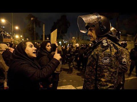 شاهد: الشرطة الإيرانية تطارد عشرات المتظاهرين في طهران  - 08:59-2020 / 1 / 13