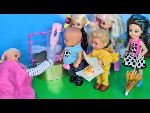 КАК ПРОНЕСТИ СЛАДОСТИ В БОЛЬНИЦУ? Катя и Макс веселая семейка! Смешной сериал живые куклы Барби