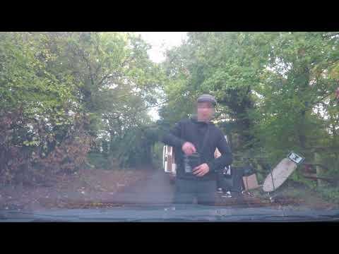 Se tiró sobre el auto de una mujer para robarle la cámara