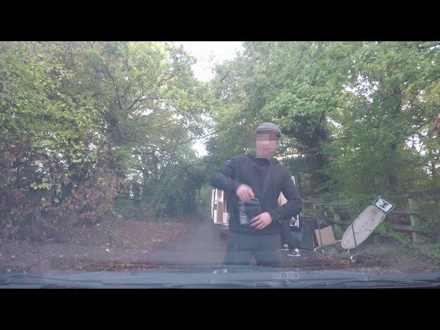 Salta sobre el coche en marcha de una mujer para robarle la cámara