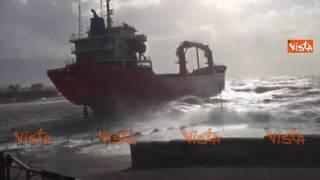 Livorno, troppo vento e la nave mercantile si insabbia a pochi metri dalla riva