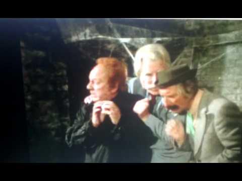 """Bassie en Adriaan - scene """"Dat was de poort"""""""