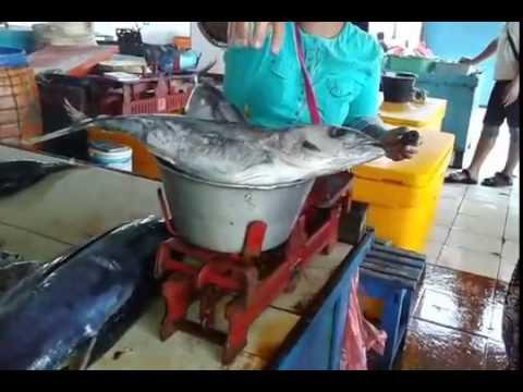 Pasar ikan di pantai Sendang Biru