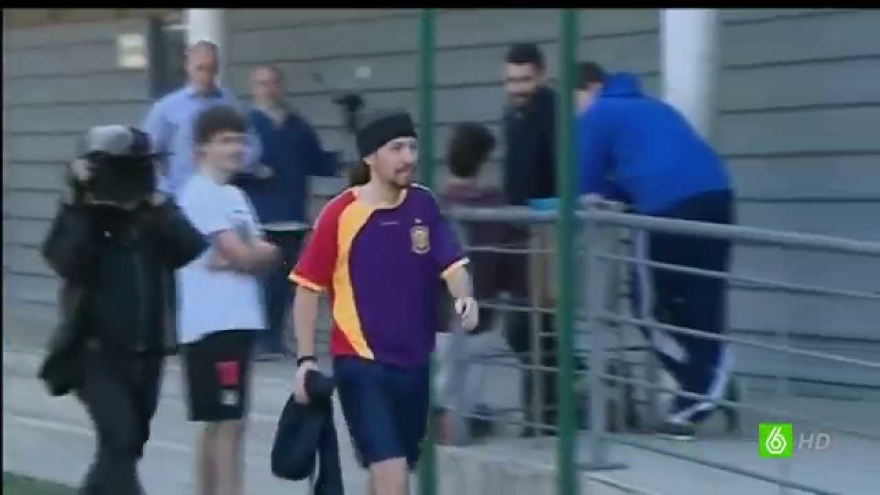 Pablo Iglesias Jugando Una Pachanga Al Futbol Con Camiseta