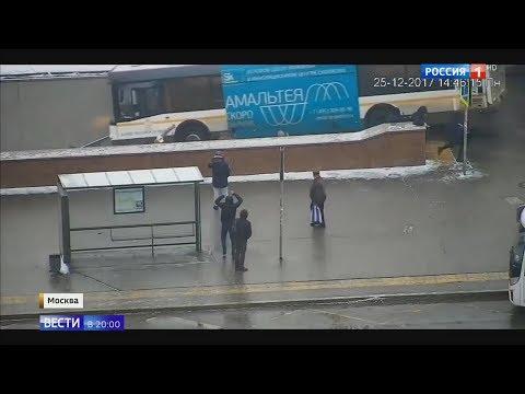 Автобус въехал в подземный переход у метро в Москве