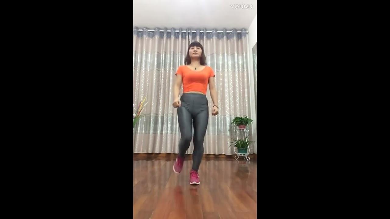 紧身裤跳舞_紧身裤美臀女人的鬼步舞《爱就要爆灯》华华广场舞-YouTube