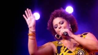 """Fabiana Cozza interpreta """"Agradecer e Abraçar"""""""