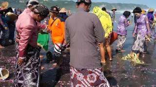 Seusai sesajen diletakkan dilaut, terjadi ombak besar di upacara pisungsung jaladri Parangkusumo