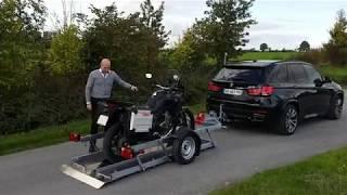 Remorque moto chargement au sol.