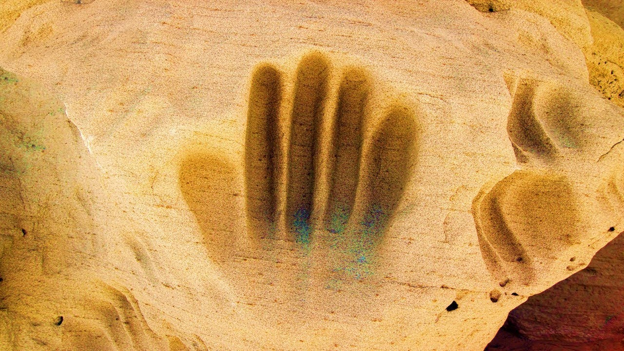 ما سر اليد الغامضة داخل الأحجار في الحضارات القديمة !