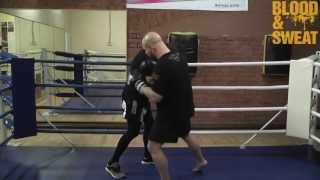 Бокс. Как нанести удар по корпусу при защите блоком. Boxing. Body punch through blocking.(Blood&Sweat при поддержке магазина спортивной экипировки MMAMarket.ru предлагает вашему вниманию урок из курса по..., 2013-05-31T11:24:58.000Z)