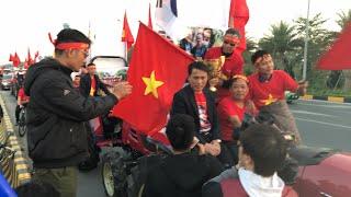 Trực tiếp Người hâm mộ lái máy cày đón U22 Việt Nam