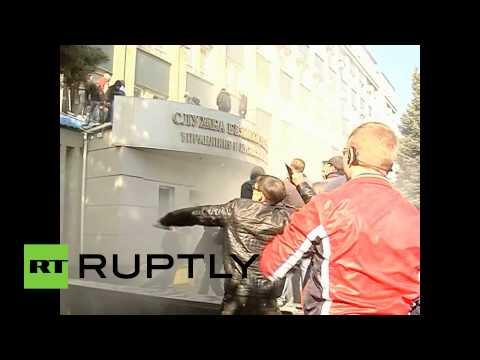 Video: Pro-Russian activists storm Security building in Lugansk, Ukraine
