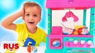 Влад и Никита играют с игрушечной машинкой с сюрпризами