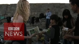 Lesbos: Tourists give food to refugees on Greek island - BBC News