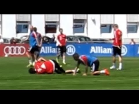 Mario Mandzukic verletzt sich im Training - Mario Mandzukic injured in FC Bayern Training