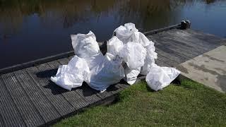 Plastic afval vissen uit het water