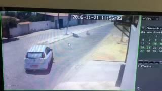 Acidente incrível um Fiat Punto e Uma moto, o piloto ainda foi atingido pelo poste que.