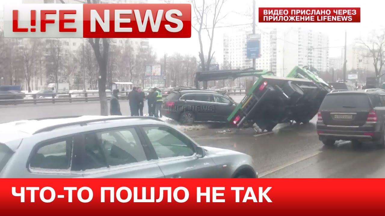 Эвакуатор упал на машину во время погрузки в Москве